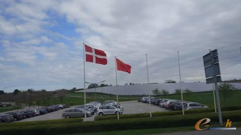 为了欢迎远道而来的考察团,丹佛斯集团特地升起了中国国旗