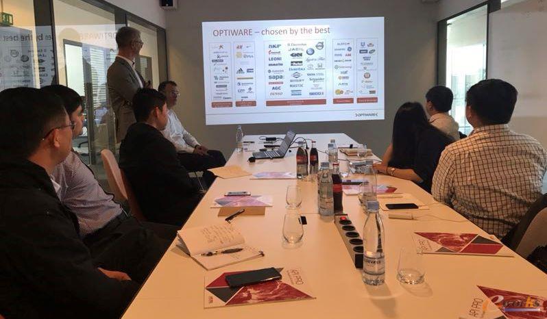 Optiware公司领导为考察团成员热情讲解