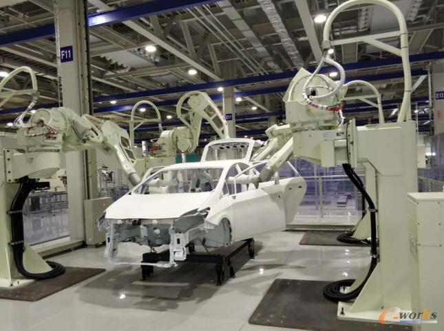 川崎重工明石机器人总装工厂,机器人对汽车车身进行喷涂