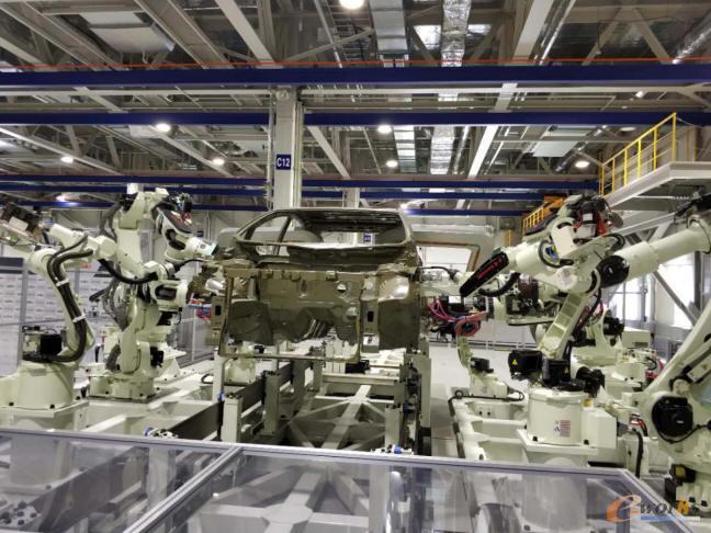 焊接机器人在进行焊接
