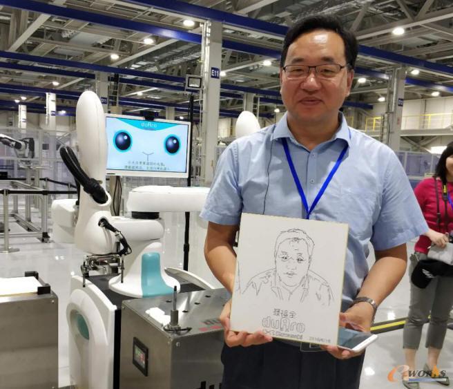 考察团员体验了通过人脸扫描生成漫画的机器人