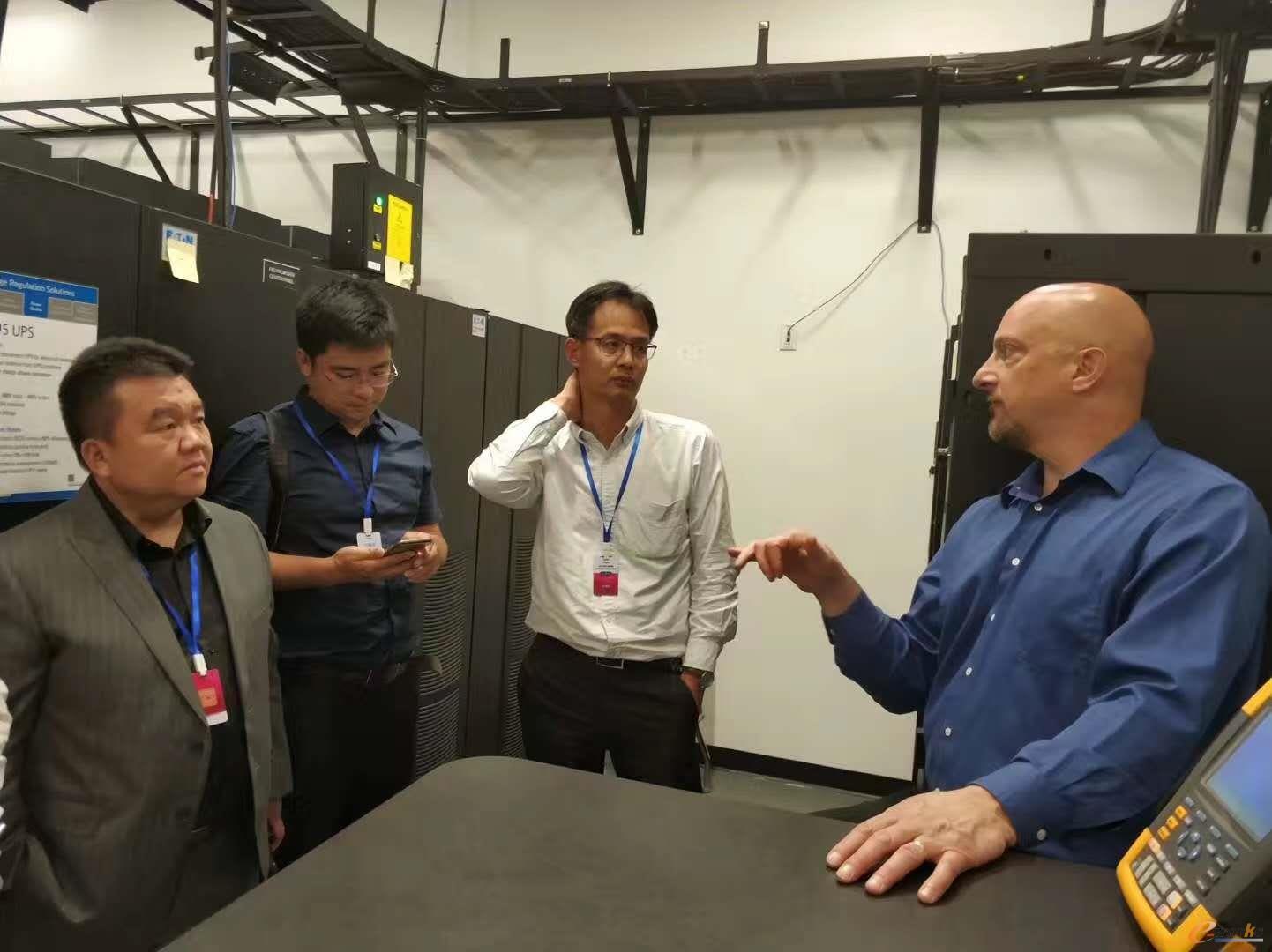 工作人员向考察团介绍伊顿电气解决方案的多种应用场景