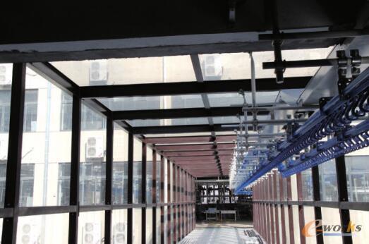 连接仓储区与生产区的天桥