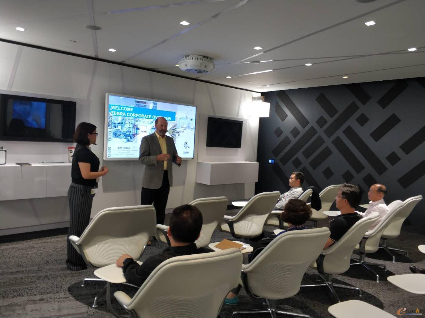 集团全球策略营销总监Jim Hilton和中国区公关经理肖琦慧接待了考察团