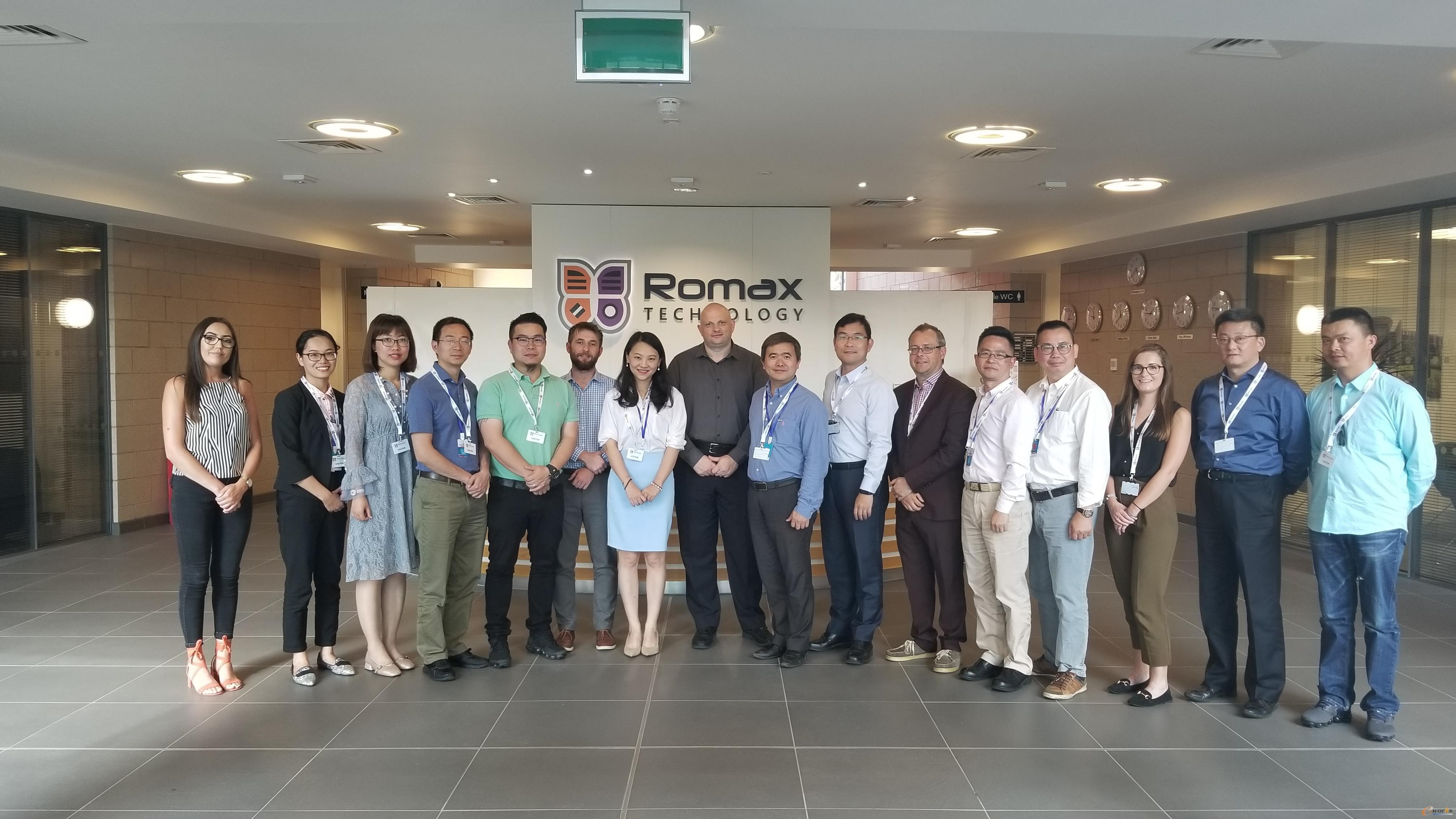 考察团成员在ROMAX公司合影