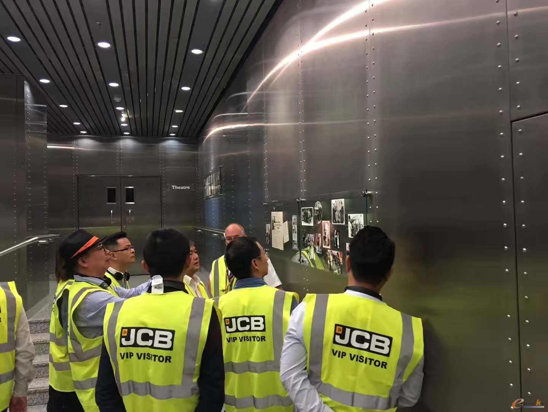 考察团参观了JCB的企业文化和产品展厅