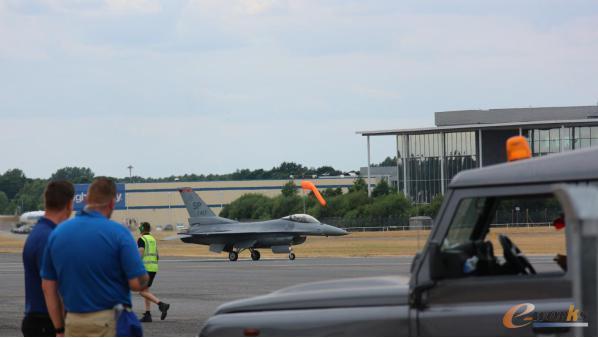 准备进入跑道的F-16战斗机