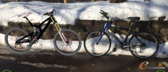 Creo 5.0的AR体验——自行车的数字模型(左侧)和实物(右侧)