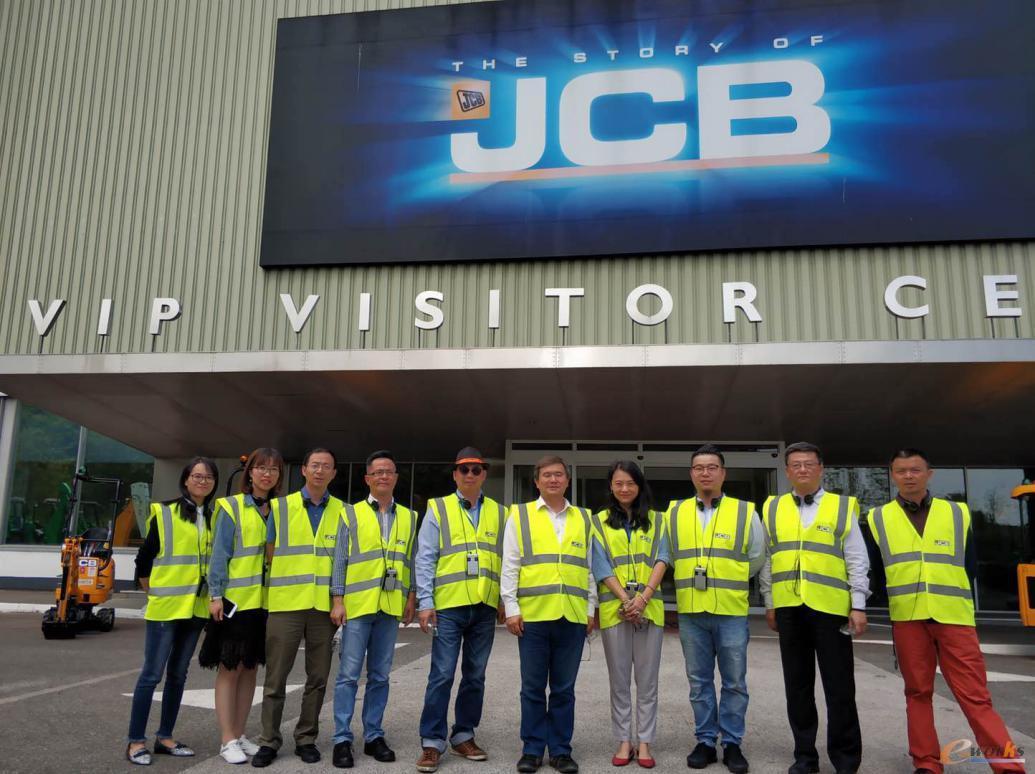 考察团成员在JCB的合影