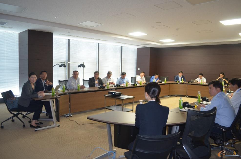 藤田部长、明丹女士向考察团介绍川崎重工的发展历程