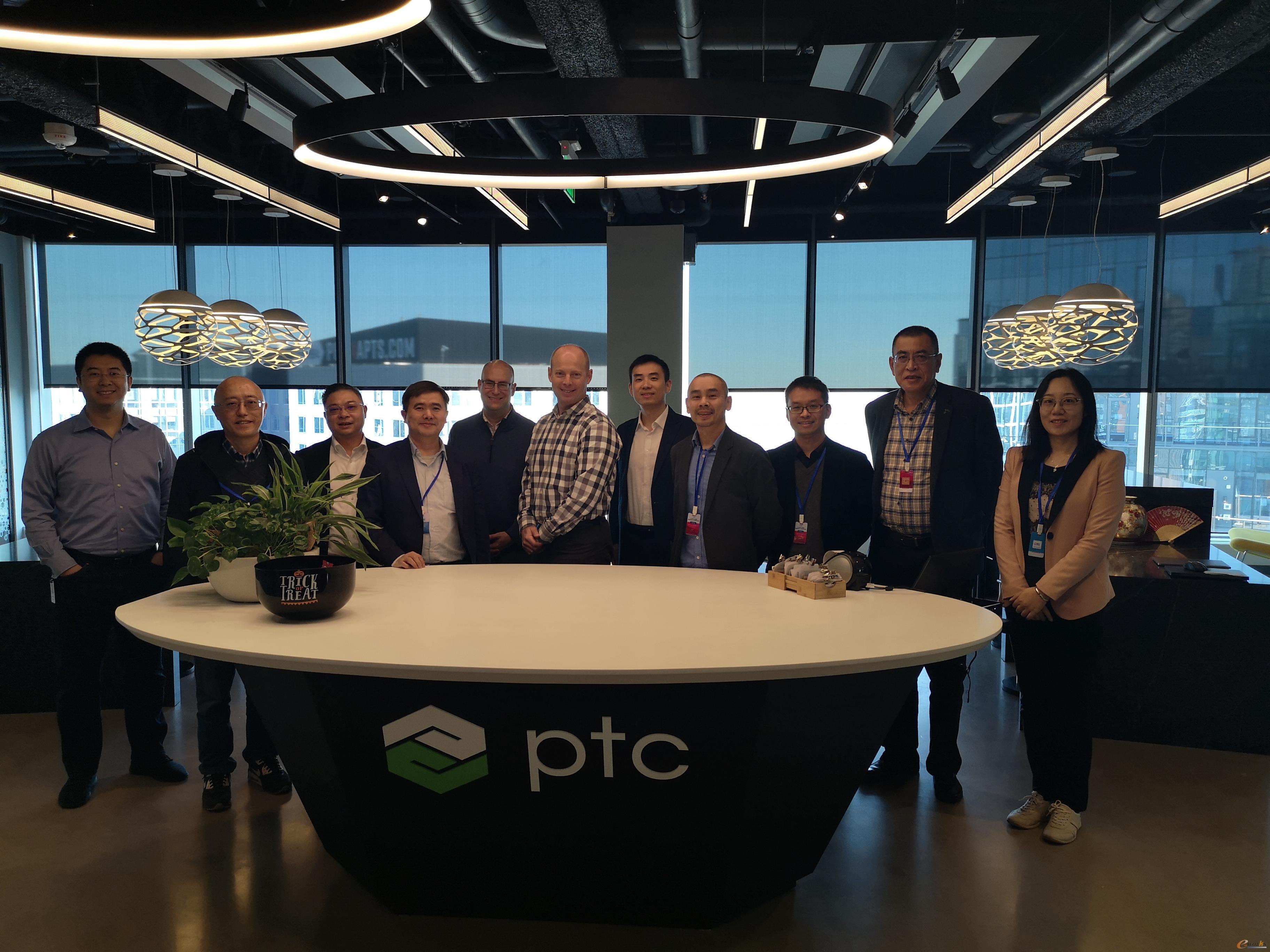 考察团成员在PTC公司合影