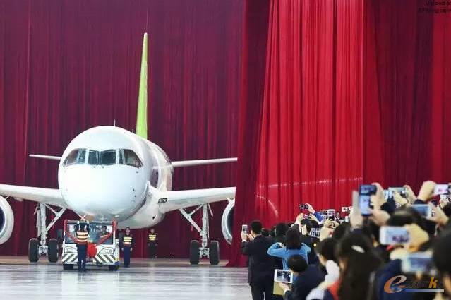 刚刚下线的C919客机