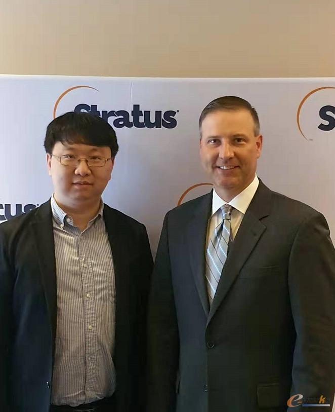 Stratus首席营收官Jason Dietrich(右)与e-works记者王聪(左)合影