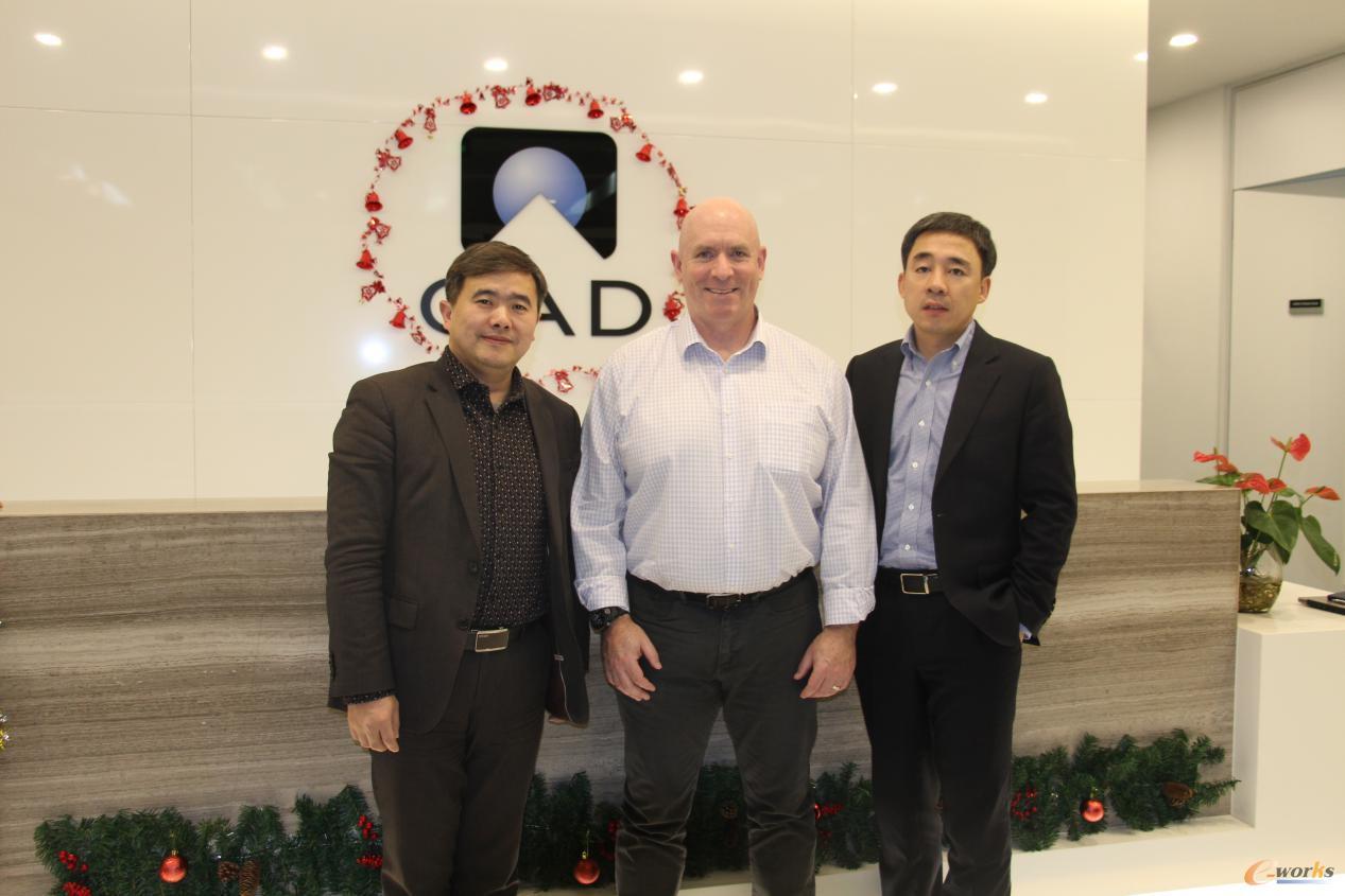 QAD CEO Anton Chilton先生(中)、QAD大中华区总经理陈和平先生(右)与黄培博士合影