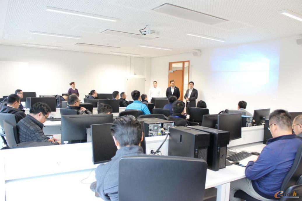 考察团在达姆施塔特工业大学德国工业4.0创新中心参观学习