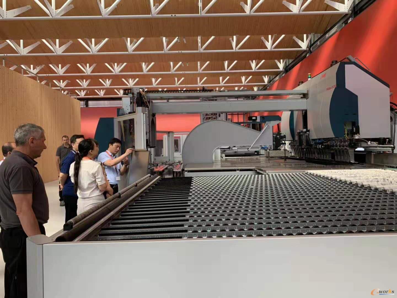 参观萨瓦尼尼钣金柔性加工自动化生产车间
