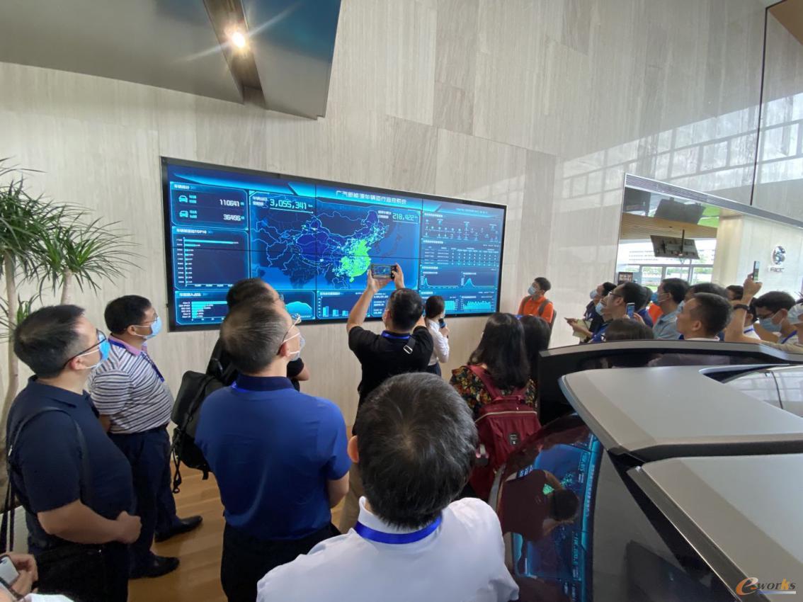 考察团在广汽新能源展厅参观