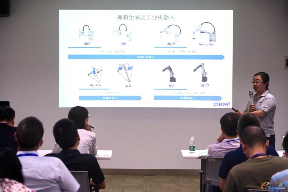李群自动化创始人石金博博士与考察团员交流
