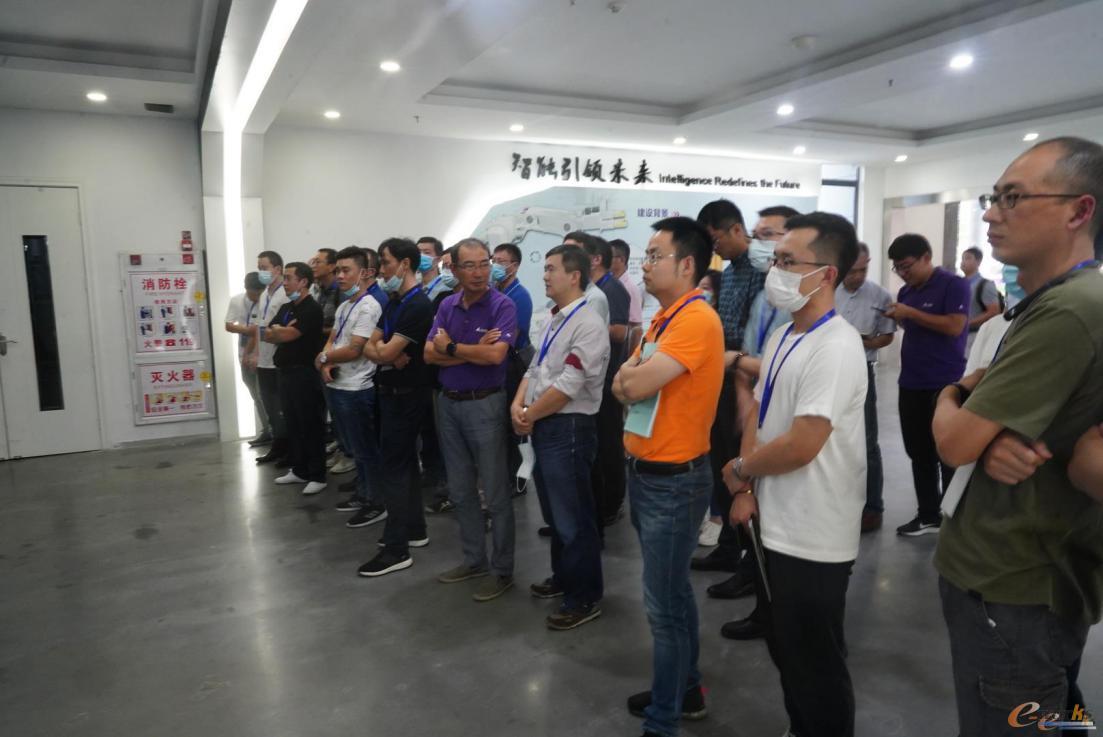 考察团在广东省智能机器人研究院参观