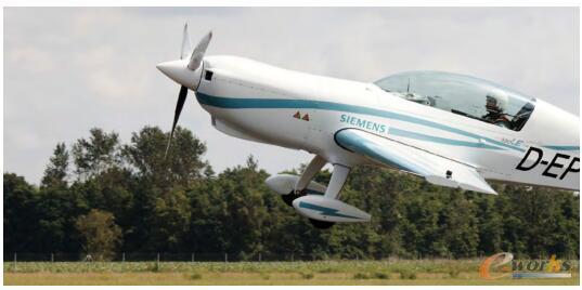 第一架混合动力飞机DA36 eStar首航