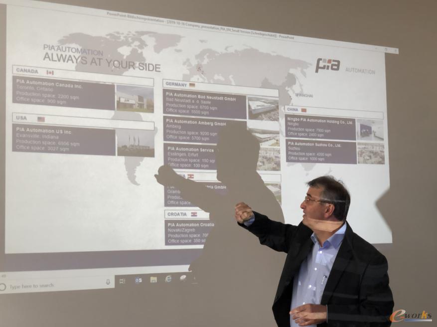 Hubert Reinisch博士为考察团介绍PIA的基本情况