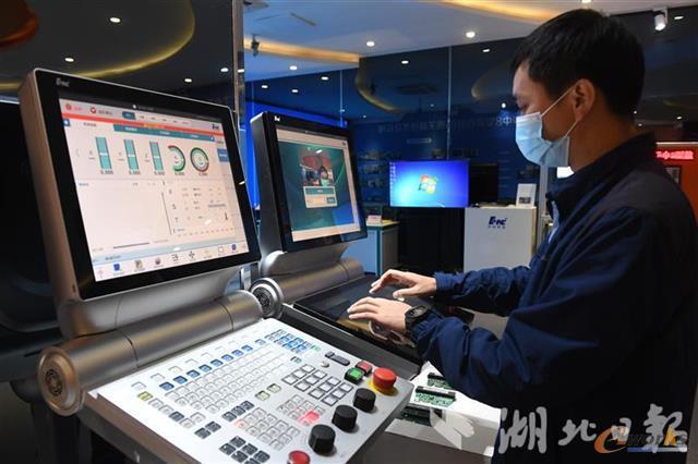 华中数控工程师正在调试华中9型数控系统