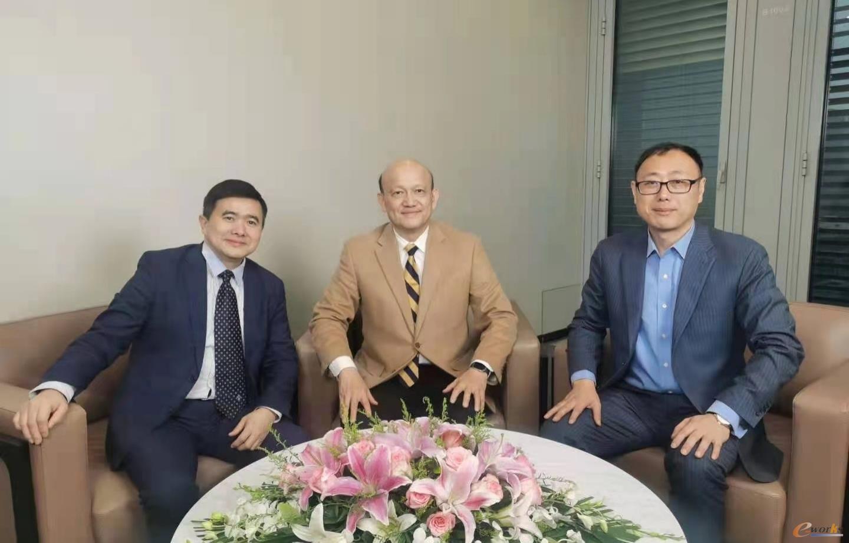 左起:e-works数字化企业网总编黄培博士、西门子数字化工业软件全球高级副总裁兼大中华区董事总经理梁乃明先生、西门子MindSphere中国业务负责人华琦先生