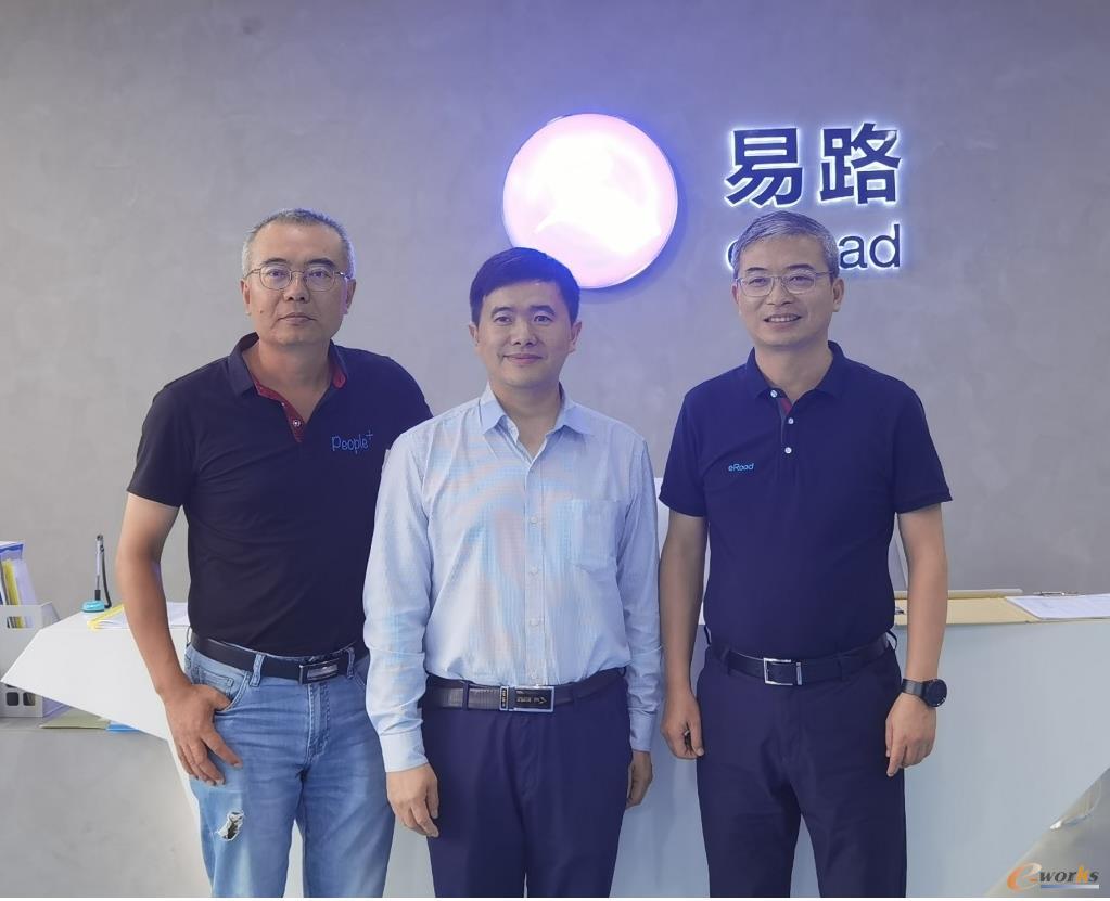 易路董事长兼CEO王天扬先生(左)、易路联合创始人兼总裁缪青先生(右)与黄培博士的合影